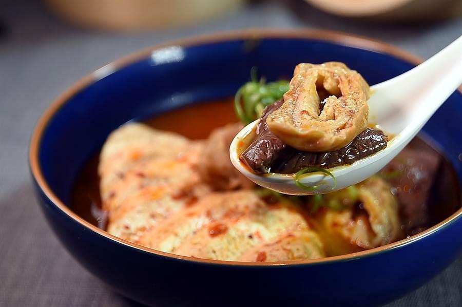 〈麻膳堂〉的〈鴨血大腸臭豆腐〉,食材吸飽了麻辣湯汁後味道香辣。(圖/姚舜)