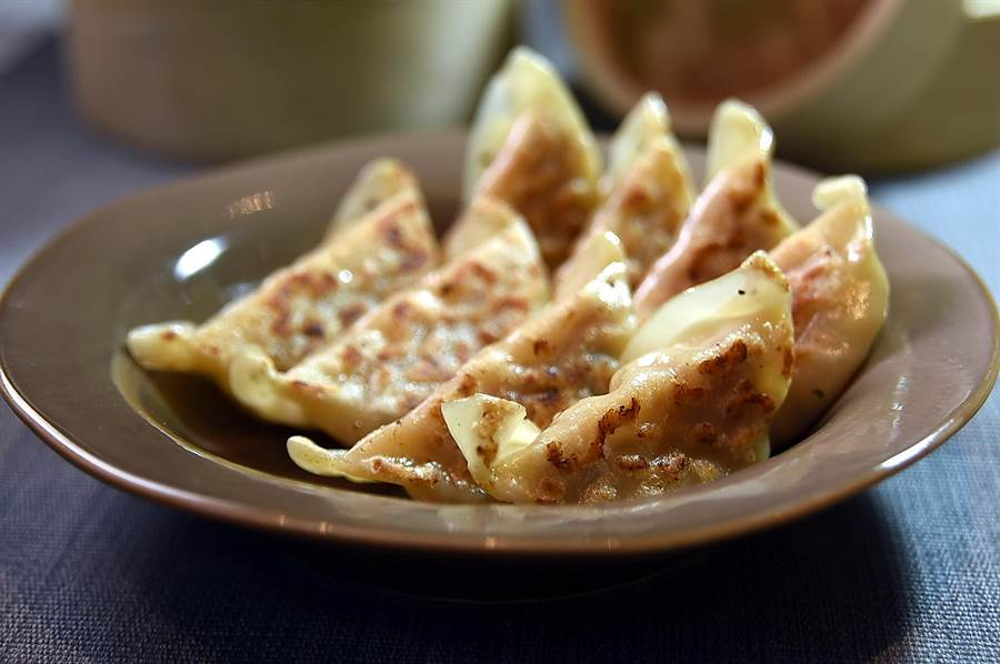 〈麻膳堂〉菜單上除了麵、飯外,亦有以豬肉、韭黃和白菜為餡的〈煎餃〉。(圖/姚舜)