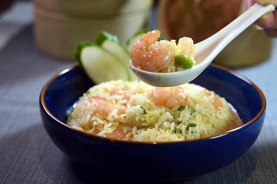 〈麻膳堂〉的〈蝦仁炒飯〉,每份大約有6至7尾白蝦,也是店內熱賣商品。(圖/姚舜)