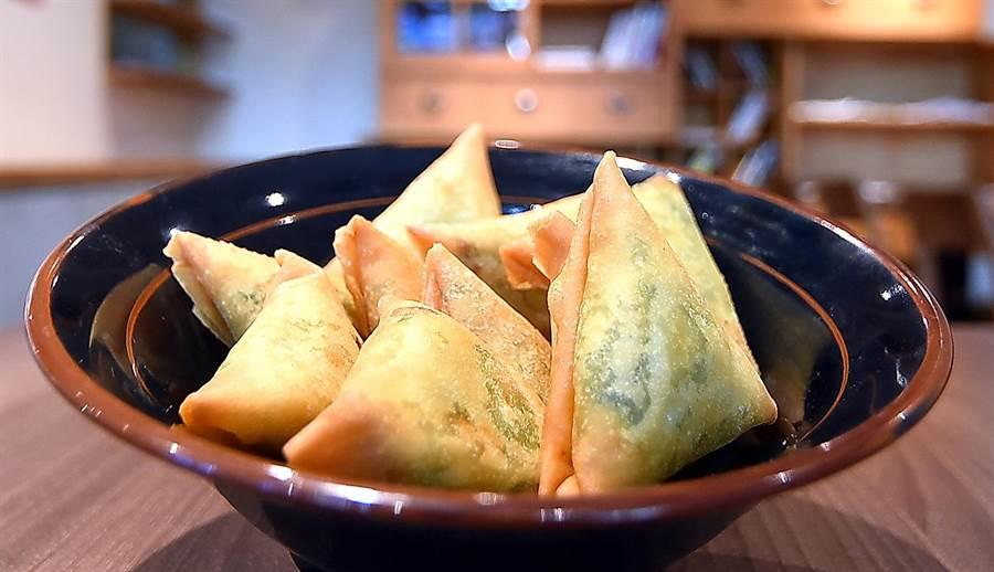 內餡飽滿的〈韭菜鮮蝦三角〉,是〈麻膳堂〉才吃得到的「三魚形春捲」,每個38元。(圖/姚舜)