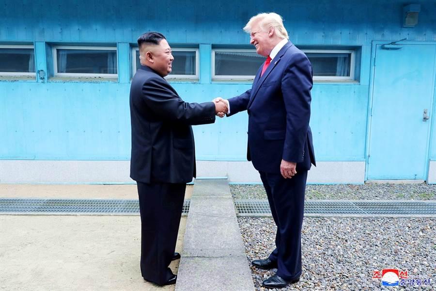 北韓17天內連續發射短程飛彈達5次,美國總統川普卻仍試圖降低此舉的威脅性。圖為川普與金正恩6月30日在板門店短暫會晤的資料照。(圖/路透社、朝中社)