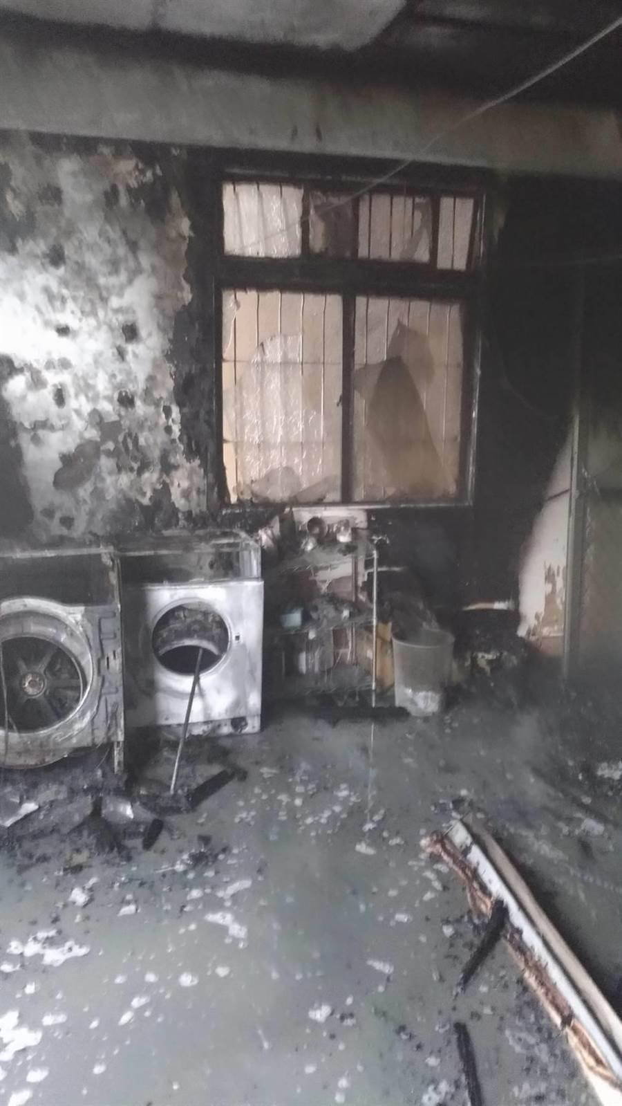 起火的住宅二樓烘衣機及洗衣機幾乎燒到全毀。(馮惠宜翻攝)