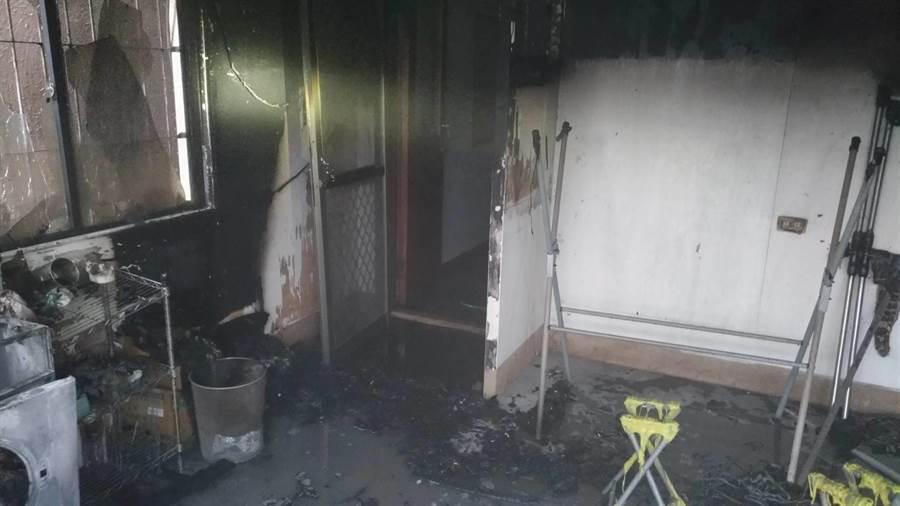 起火點疑似在二樓前方洗衣、曬衣區。(馮惠宜翻攝)
