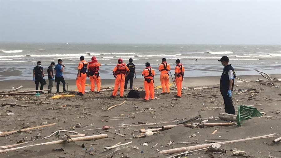 後龍外埔港海灘發現1具男屍,身上無身分證件。(民眾提供)