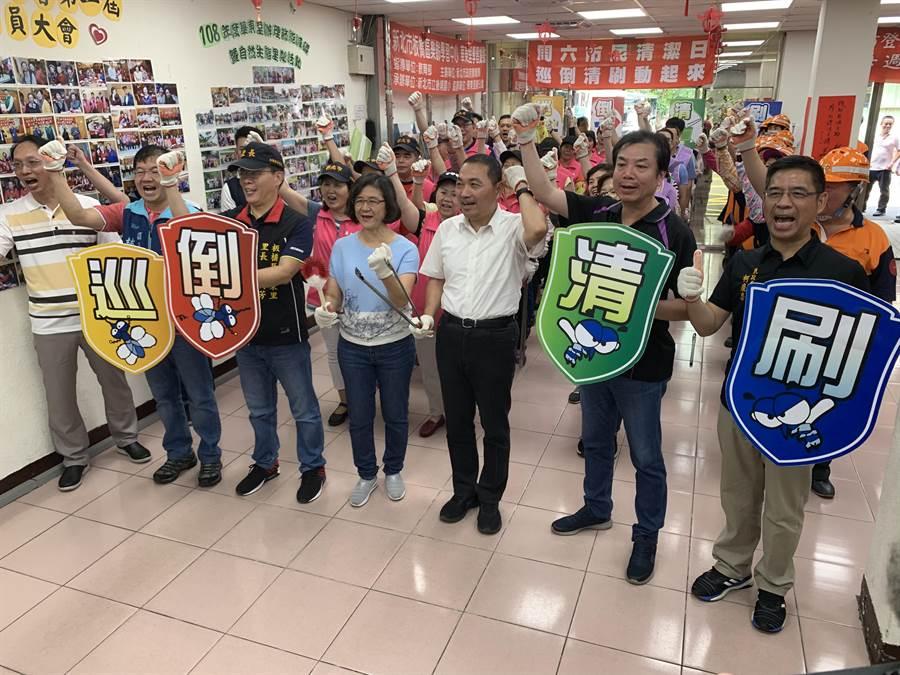新北市長侯友宜上午出席清潔日活動。(王揚傑攝)
