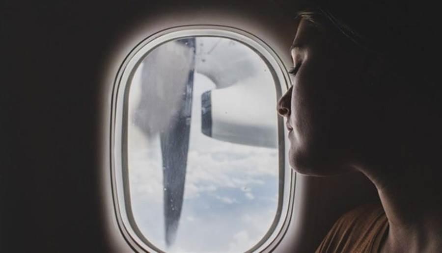 搭長途飛機歪頭睡覺常易拉傷肌肉或落枕,如何選擇對的頸枕很重要 。(圖/pixabay)