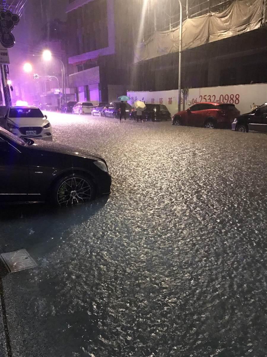 四尺八分線灌溉溝大水漫出雅豐街,路面一度淹水30公分,頓成路上河流。(王文吉翻攝)