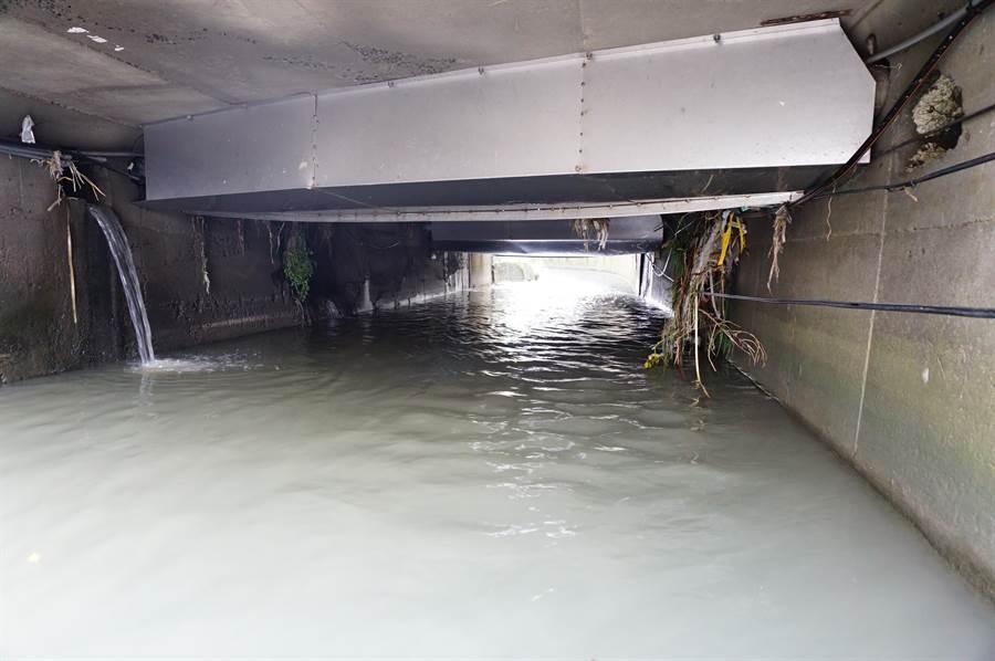 雅豐街橋涵下附掛國營事業管線,還以白鐵片包覆,造成通水斷面縮減。(王文吉攝)