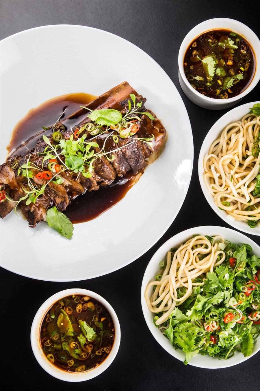 台北晶華酒店azie餐廳設計出吃法豐富的「美國Prime級帶骨牛小排拌麵套餐」。(台北晶華酒店提供)