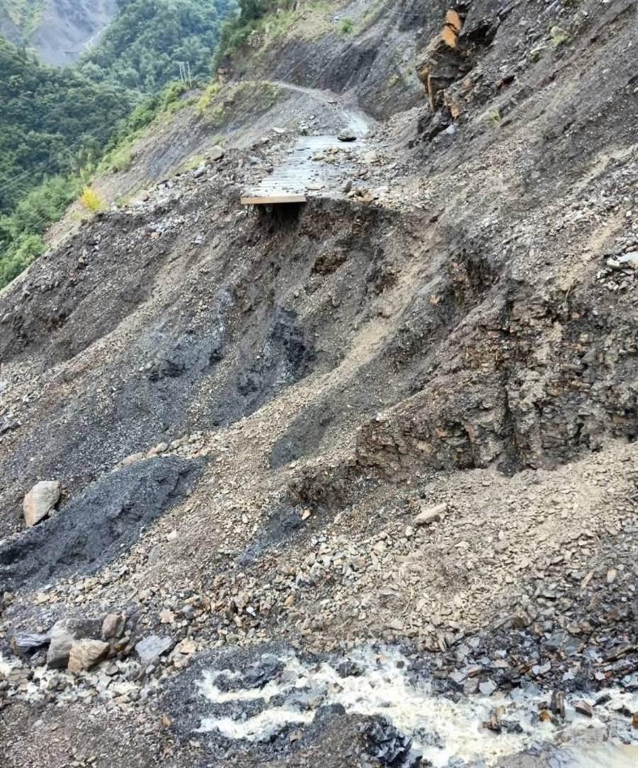 ▲仁愛鄉力行產業道路16.5公里翠巒路段路基流失,造成該線交通中斷。(民眾提供)