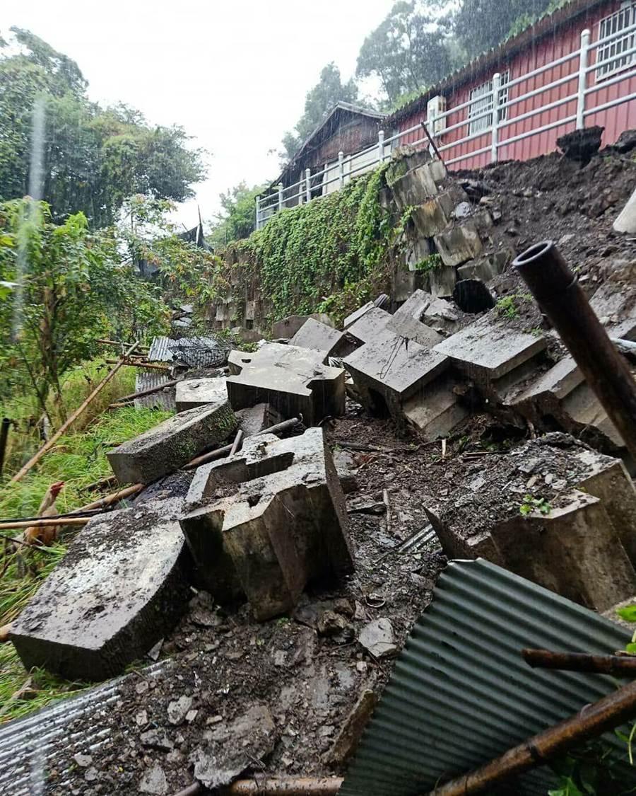 ▲仁愛鄉精英村第7鄰住戶旁的邊坡嚴重下陷崩塌現場。(楊樹煌攝)