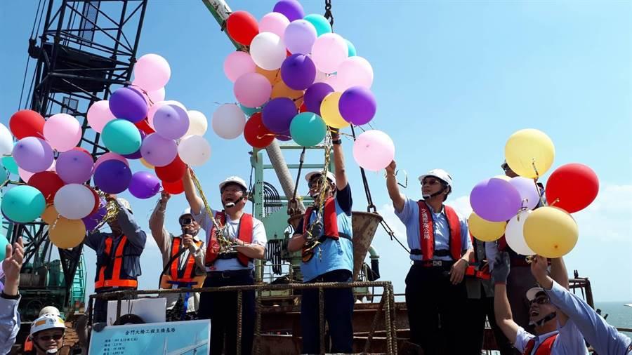 林佳龍部長跨海見證第101支主橋基樁完成,在海上施放五彩汽球祈福。(縣府提供)