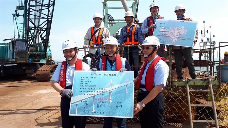 林佳龍部長與楊鎮浯縣長簽名,見證歷史性的工程紀錄。(縣府提供)