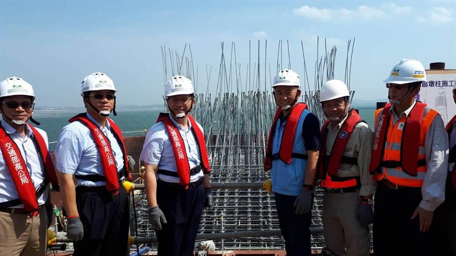 林佳龍部長與楊鎮浯縣長在P44基樁前開心合影留念。(縣府提供)