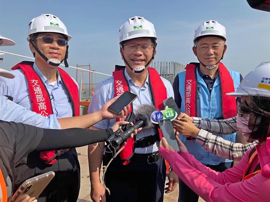 林佳龍部長期勉施工團隊全力以赴,如期如質完成金門地標工程。(李金生攝)
