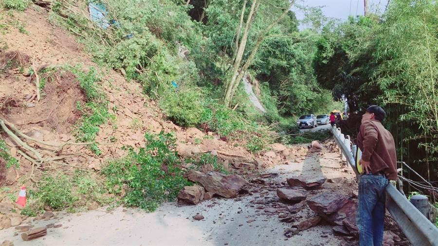 台14甲線五里坡路段邊坡發生嚴重坍方,造成霧社往清境及合歡山道路交通中斷。(民眾提供)