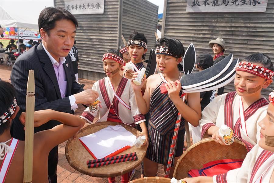 日本高知縣知事尾崎正直10日親自到在高知車站前廣場,替來表演原的新竹小朋友們打氣、送飲料。(黃菁菁攝)