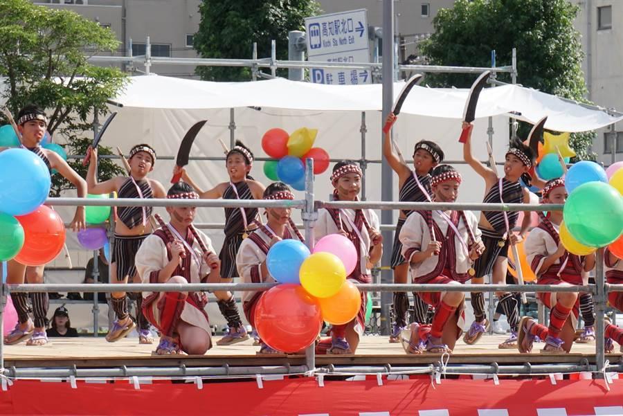 台灣新竹縣尖石鄉玉峰國小的14名小學生10日在高知縣舉辦的盛會「夜來節」上表演3場精彩的台灣原住民舞蹈。(黃菁菁攝)
