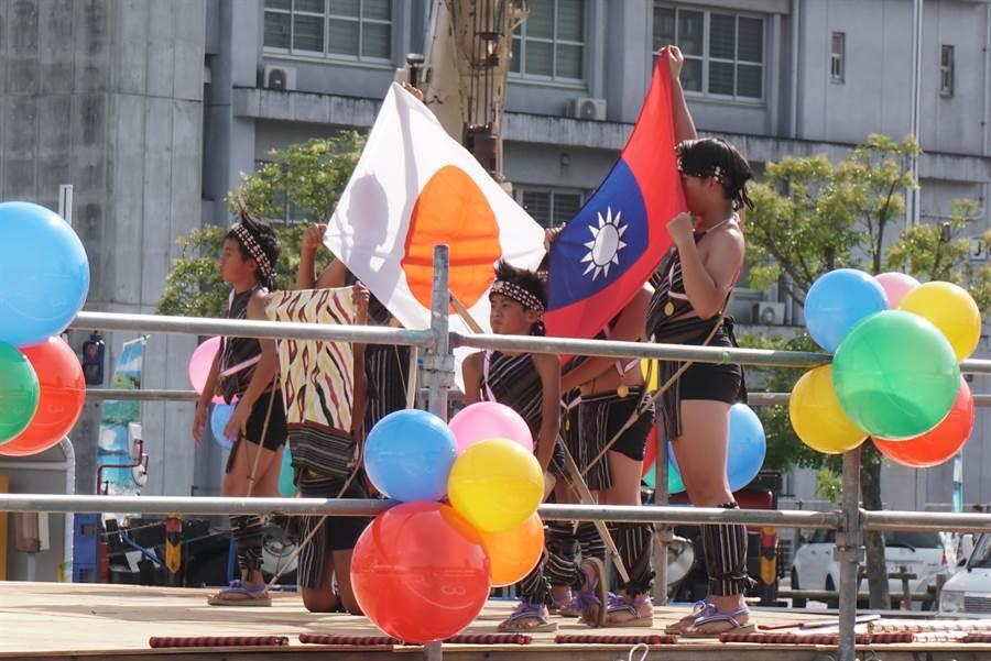 台灣新竹縣尖石鄉玉峰國小的14名小學生10日在高知縣舉辦的盛會「夜來節」上表演3場精彩的台灣原住民舞蹈,最後還秀出兩國國旗象徵台日友好。(黃菁菁攝)