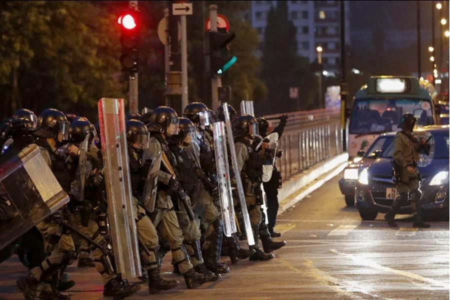 香港警方於8月10日晚間集結在示威遊行聚集處。 (圖/美聯社)