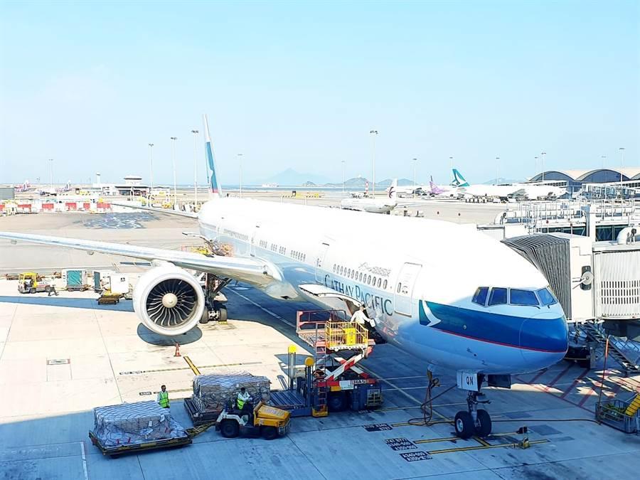 國泰航空公告:1名機長因遭控暴動罪遭停飛、另解雇2名有不當行為的機場員工。圖為國泰航空公司班機。(藍孝威攝)