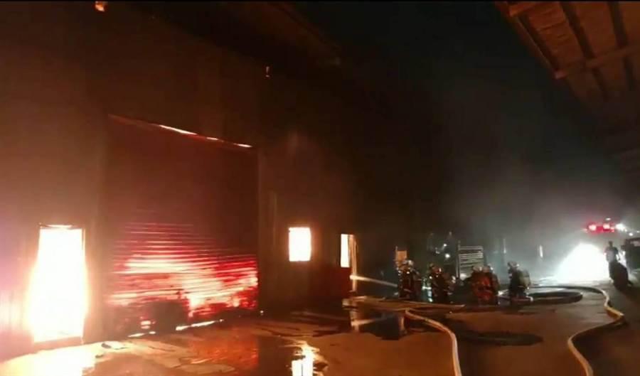 桃園市大園發生工廠火警,暫無人員受傷受困。(邱立雅翻攝)
