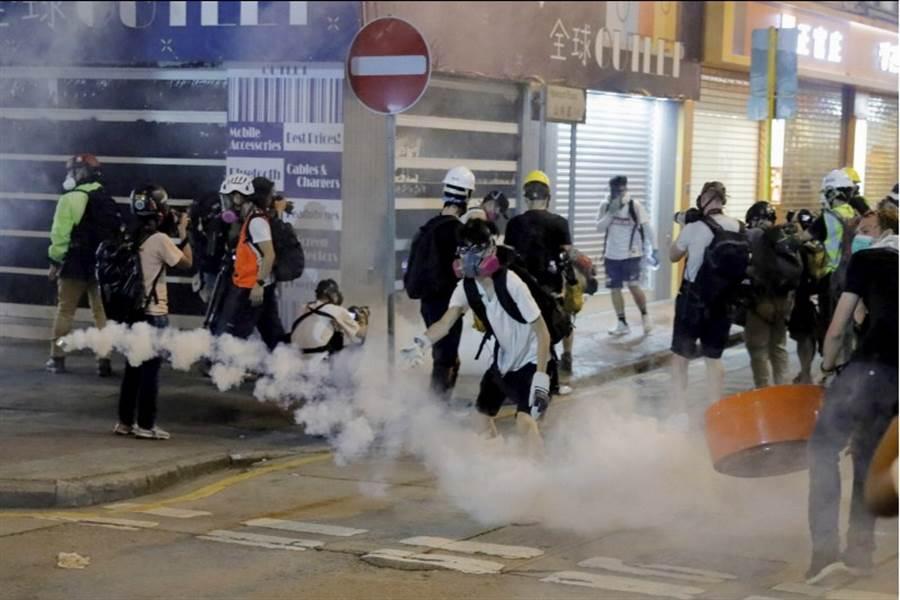 8月10日,香港警方對示威民眾施放催淚煙。(圖/美聯社)
