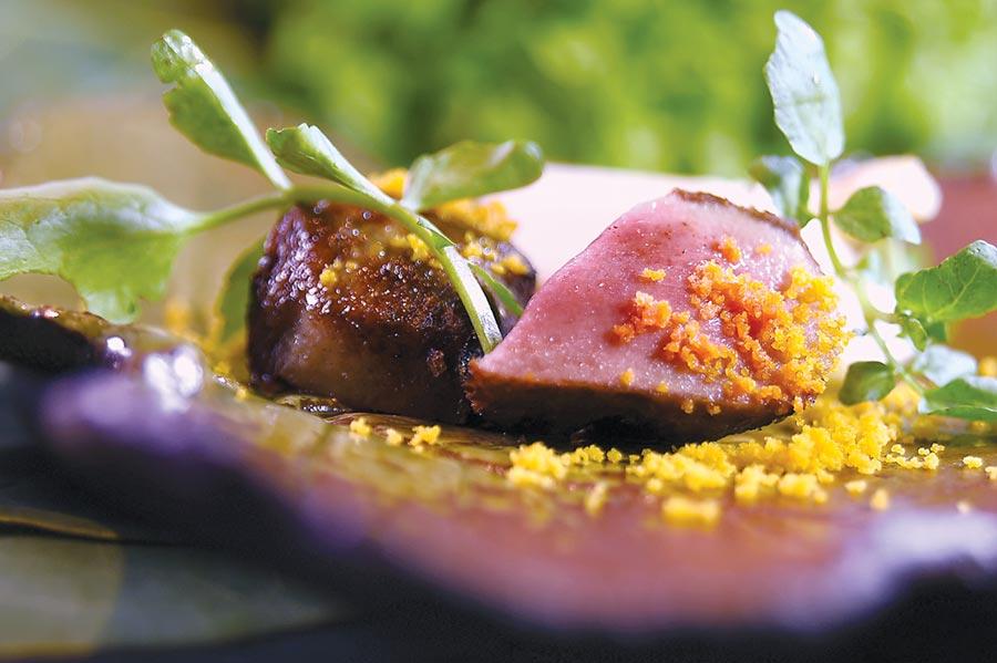 〈樂軒和牛割烹〉會席套餐的「烤物」,是以鹹香蛋黃粉末提味的炭烤厚切澳洲和牛牛舌,表皮微微酥焦,肉質柔嫩中帶有彈性且有肉汁,好吃極了。圖/姚舜