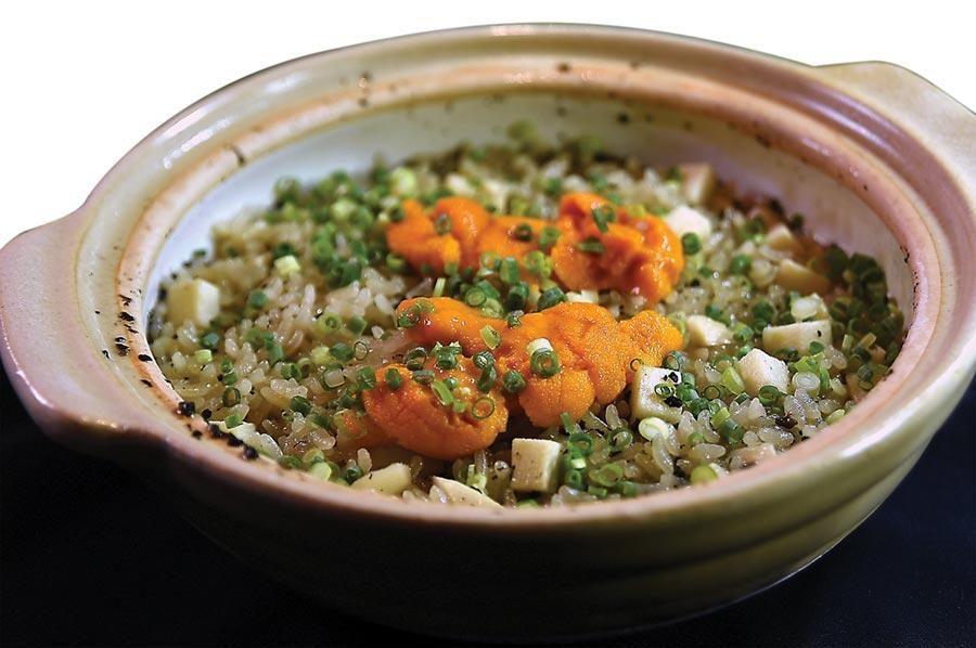 〈 樂軒和牛割烹〉會席套餐的「食事」,是用萬古燒土鍋炊煮的釜飯,用綠竹筍和海膽與萬能蔥,顏色繽紛、味道濃香。圖/姚舜
