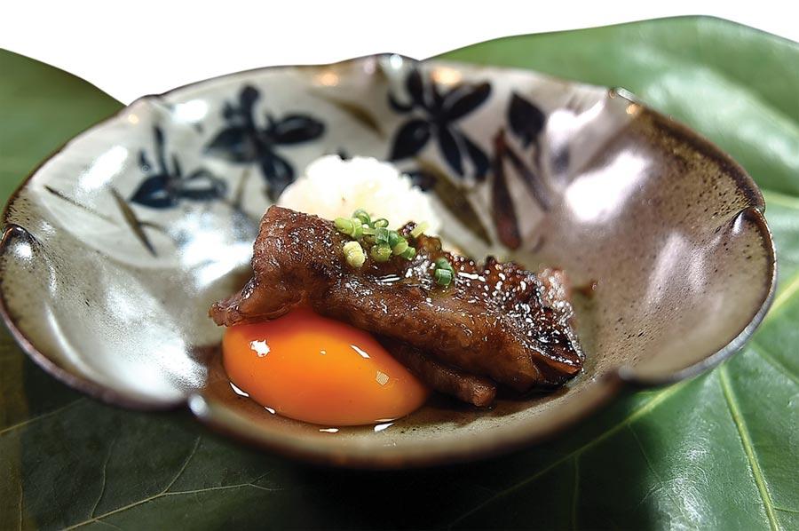 這道和牛料理是以「醬燒」作法將和牛羽下部位醬燒後,搭配結構扎實的有機蛋黃和越光米飯,吃食時用蛋液包裹燒肉入口,享受吃壽喜燒的食趣。圖/姚舜