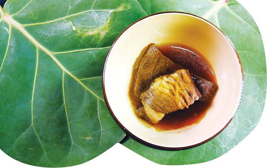 〈樂軒和牛割烹〉的釜飯隨飯會附上味噌湯、漬物,還有一塊用和牛滷製的東坡肉,非常豐盛。圖/姚舜