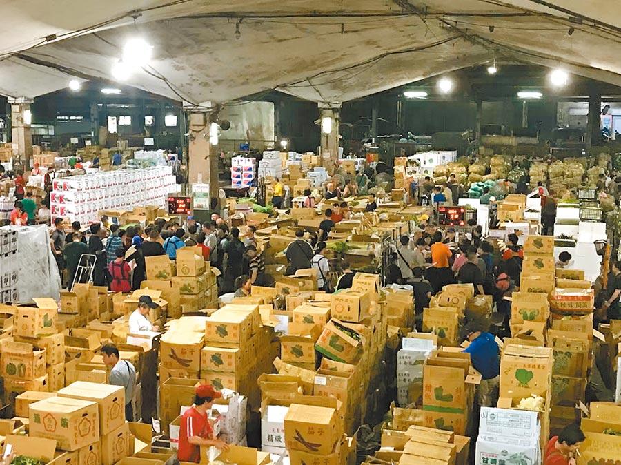 利奇馬颱風來襲,因農民搶收和供貨量減少,使蔬果價格些微下跌但還算平穩。圖為果菜到貨及拍賣情形。(張立勳翻攝)