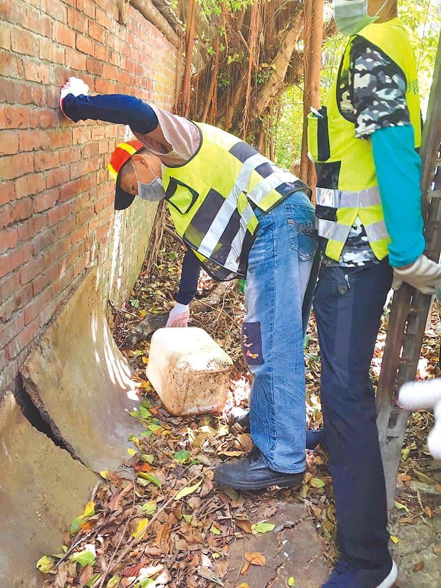 桃園市衛生局、環保局人員清除積水容器。(賴佑維翻攝)