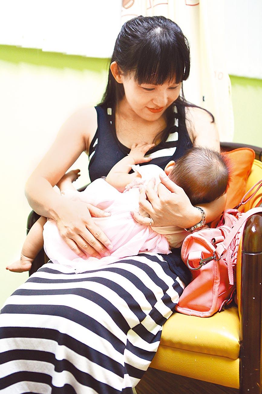 育有1子1女的媽媽王琪閔,分享全母乳哺育經驗,除了省錢,寶寶情緒也較穩定。(本報資料照片)