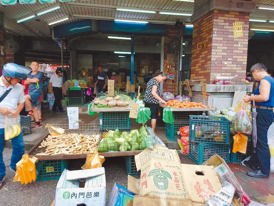 利奇馬颱風帶來風雨不如預期,新北市三重、板橋果菜批發市場9日蔬菜價量齊跌,各地傳統市場一早採買人潮稀落,圖為三重力行市場。(譚宇哲攝)