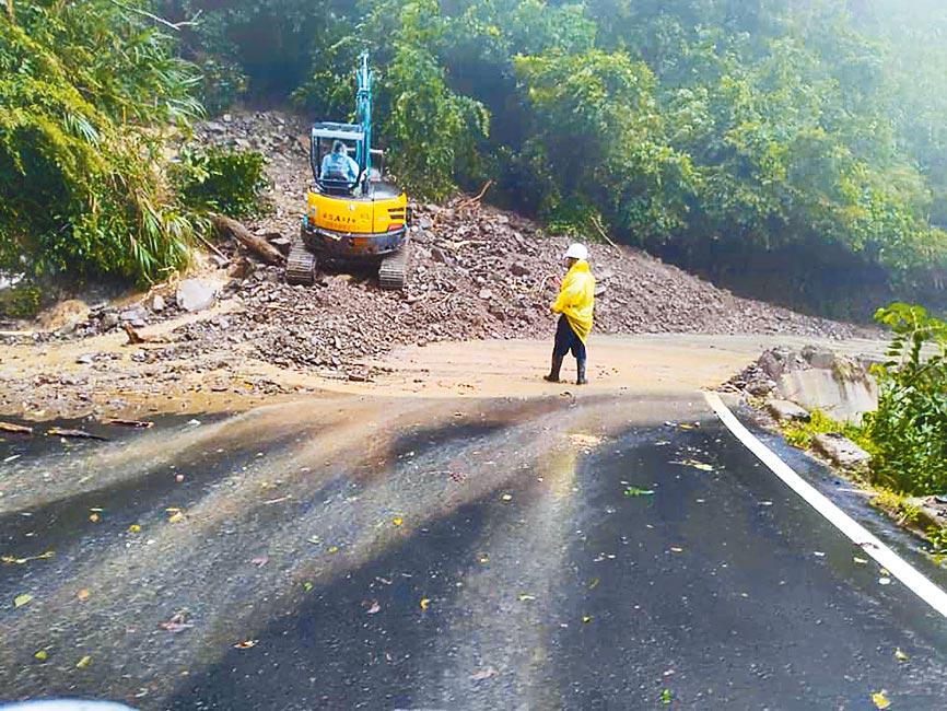 新竹縣山區雨勢較大,尖石鄉部分路段出現坍方,經搶修恢復單線雙向通車。(莊旻靜翻攝)