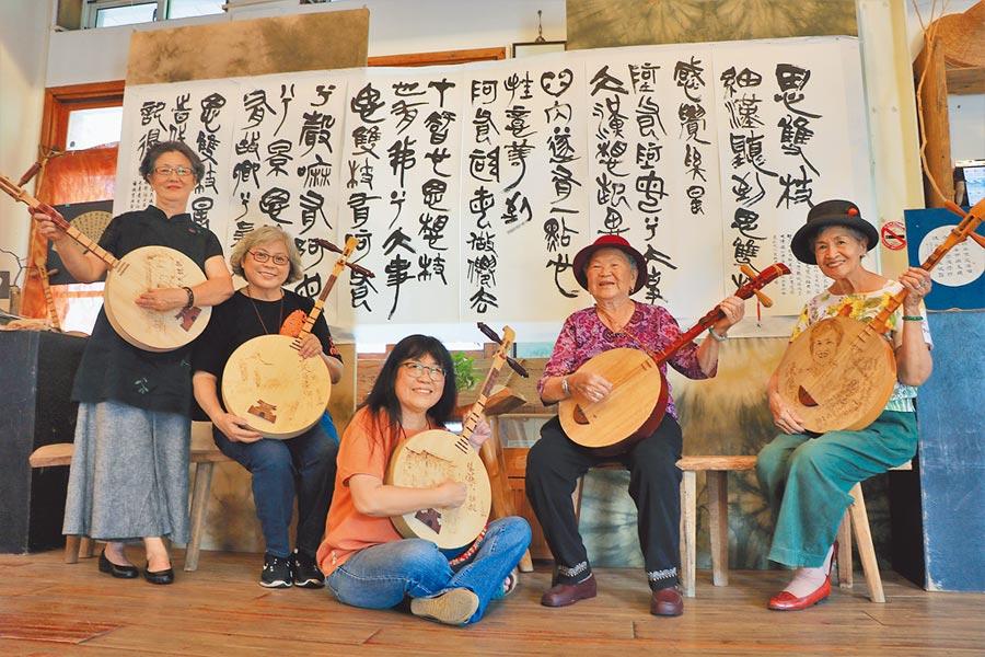 恆春民謠進鄉團主要成員有88歲的陳英(右二)、82歲的高李正姬(右一)、68歲的董月滿(左一)、67歲的黃淑瑛(左二)、60歲的趙振英(中)和18歲的趙芳秀。(謝佳潾攝)