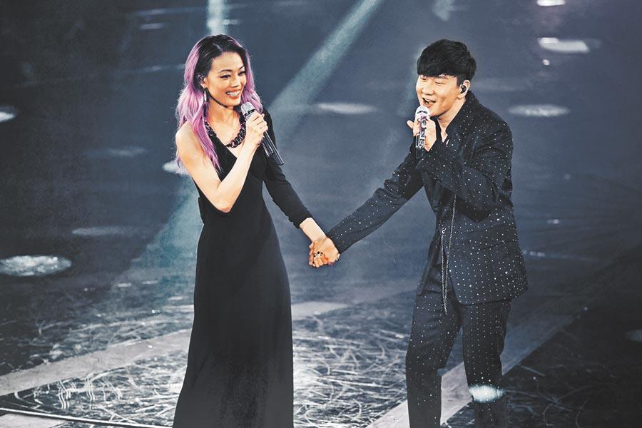 容祖兒(左)前晚邀JJ同台合唱。