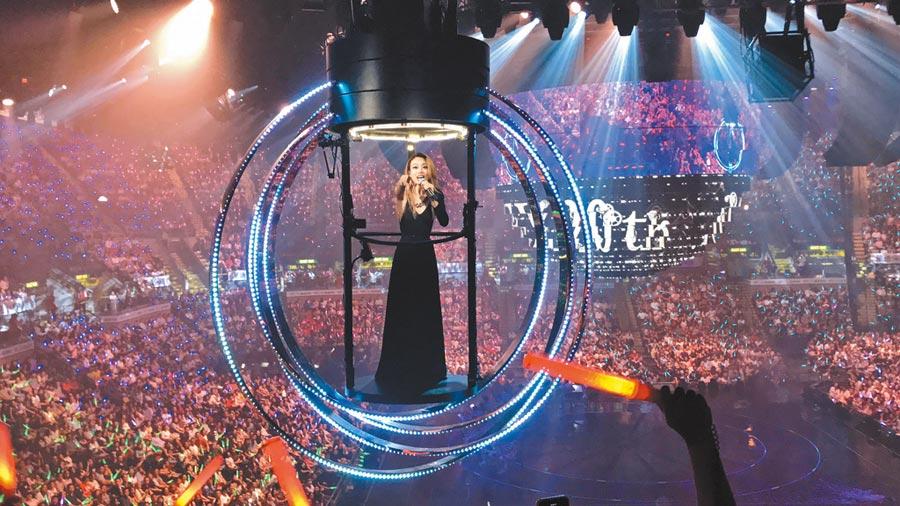 容祖兒在紅館開唱吸引滿滿的歌迷。