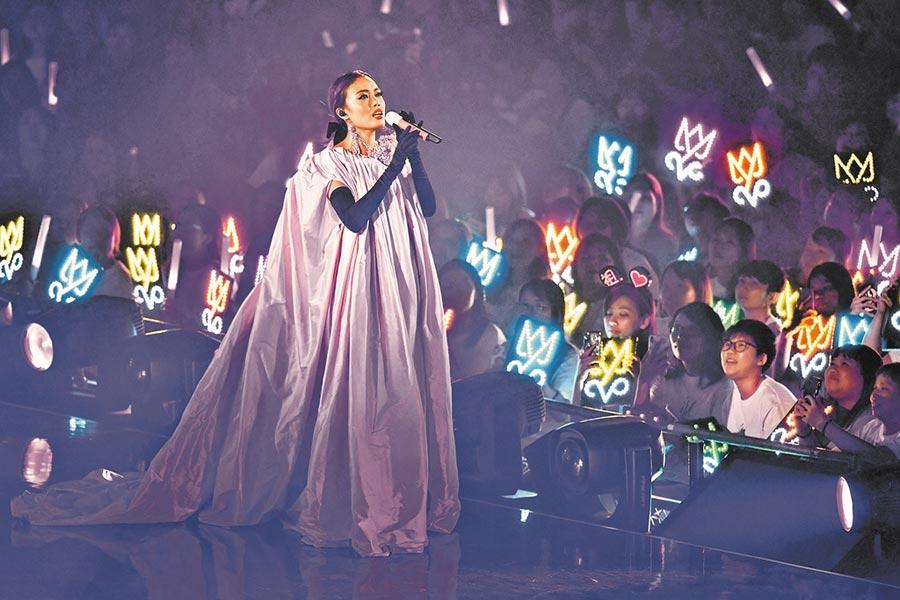 容祖兒高歌,粉絲在台下興奮高舉燈牌。