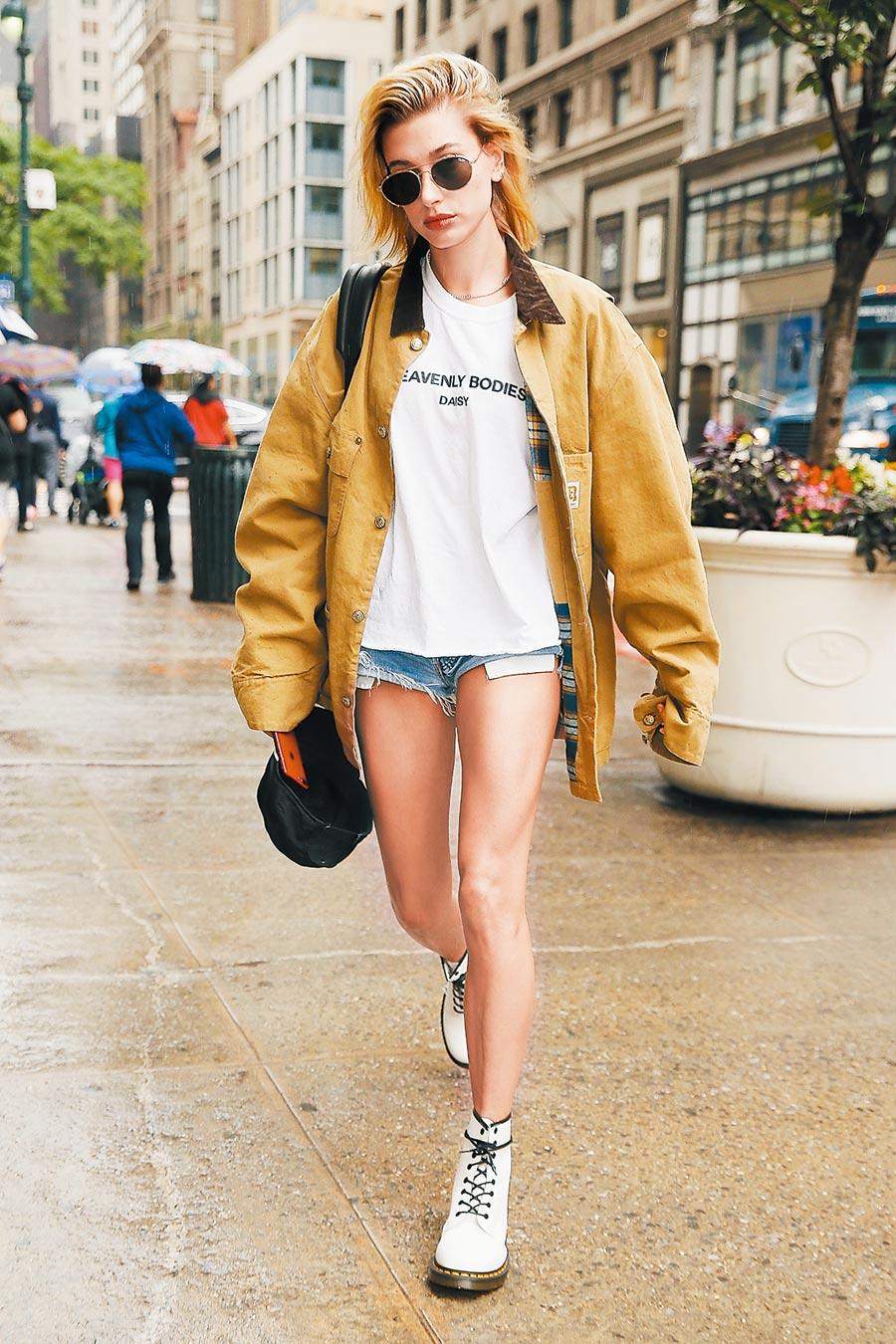 小賈斯汀老婆海莉鮑德溫,以低筒馬汀展現白鞋時尚。(CFP)