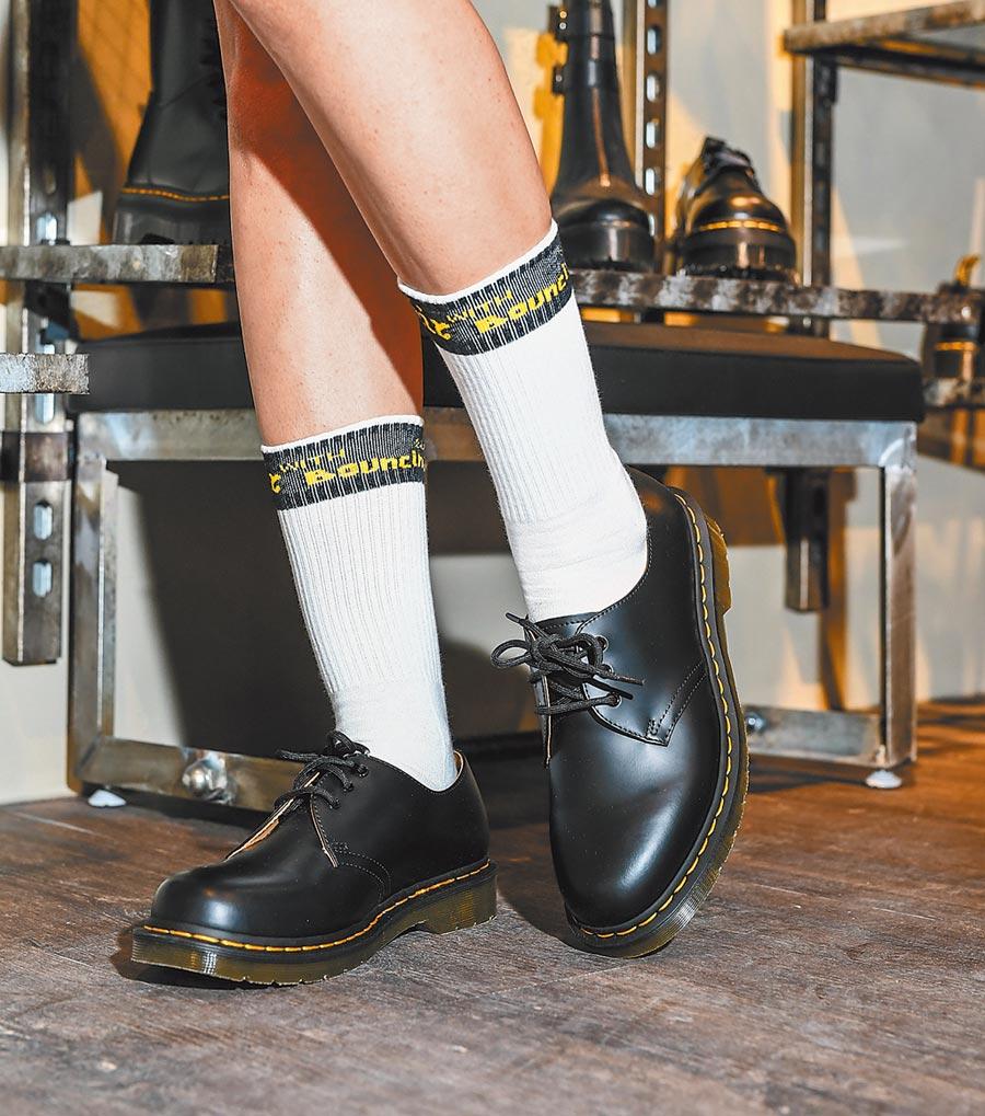 馬汀新款3孔鞋1461,近年也成為學生族群的皮鞋穿搭LOOK,質感升級。(Dr.Martens提供)