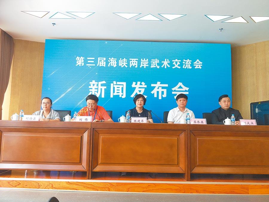 天津將舉行兩岸武術交流會,天津市台辦副巡視員陳建萍(中)認為,兩岸關係越低迷,越要推動基層文化交流。(記者陳君碩攝)