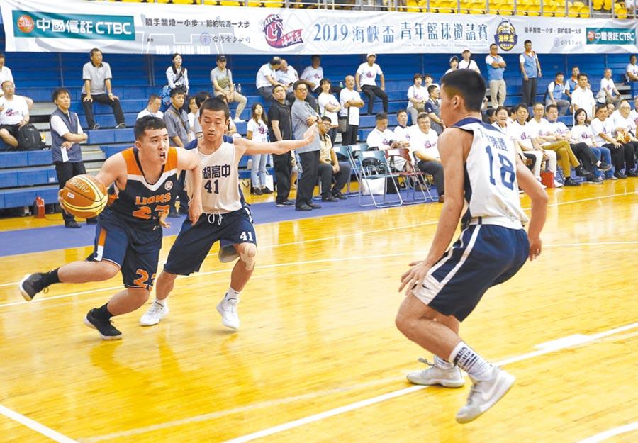 7月1日,2019海峽盃青年籃球邀請賽在台北體育館開幕,兩岸53所學校籃球隊同場競技。(中新社)