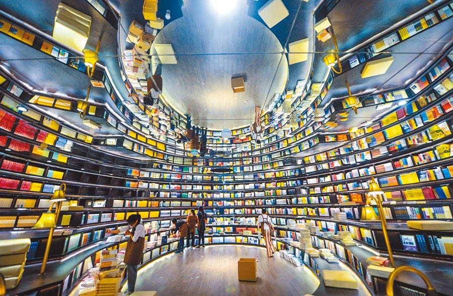 2016年4月23日「鐘書閣」杭州星光店的環幕閱讀大廳。(新華社)