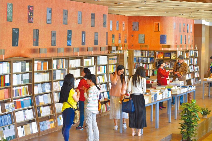 北京2015年4月23日,讀者在北京三聯韜奮書店海淀分店內閱讀。(新華社)
