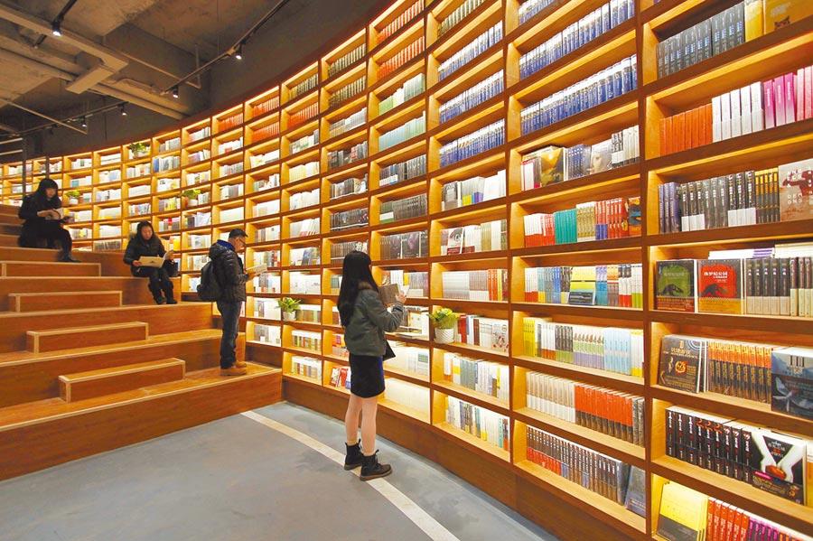 2016年,幾位讀者在天津市南開區的言幾又‧今日閱讀書店選購、閱讀書籍。(新華社)