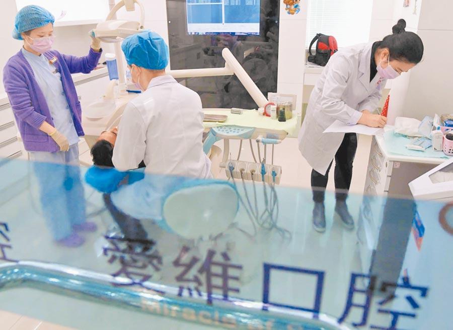 平潭開放台灣執業醫師設診所。圖為2017年4月,愛維口腔醫院診間情形。(中新社)