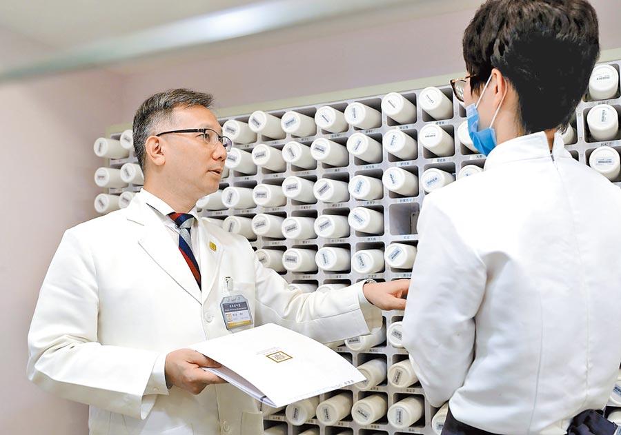 來自台灣的黃宗瀚2002年考取上海中醫師證照,2008年在上海創辦診所。(新華社)