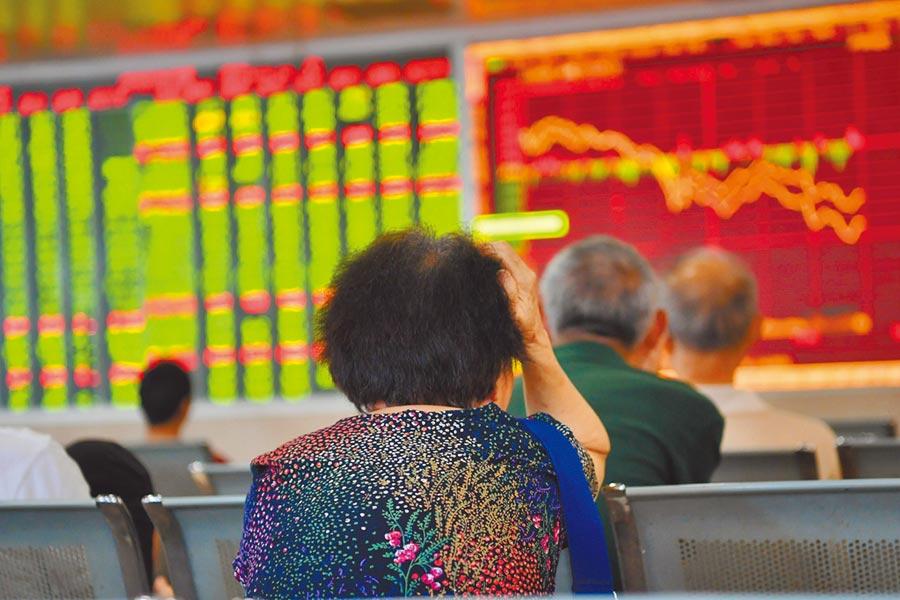 8月9日,成都某證券營業部的股民關注大盤數據。(中新社)